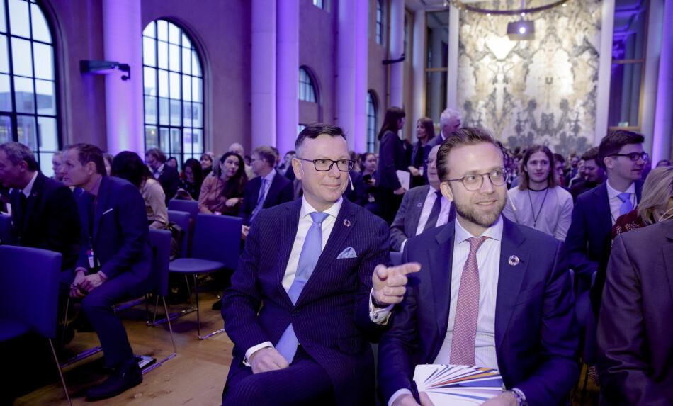 Leiar i Universitets- og høgskulerådet og rektor ved Universitetet i Bergen, Dag Rune Olsen, forsvarar avtalen med Equinor. — Viktig for det grøne skiftet, seier han. Her saman med nybakt kommunal- og moderniseringsminister Nikolai Astrup (H) under SDG-konferansen i Bergen. Foto: Paul S. Amundsen