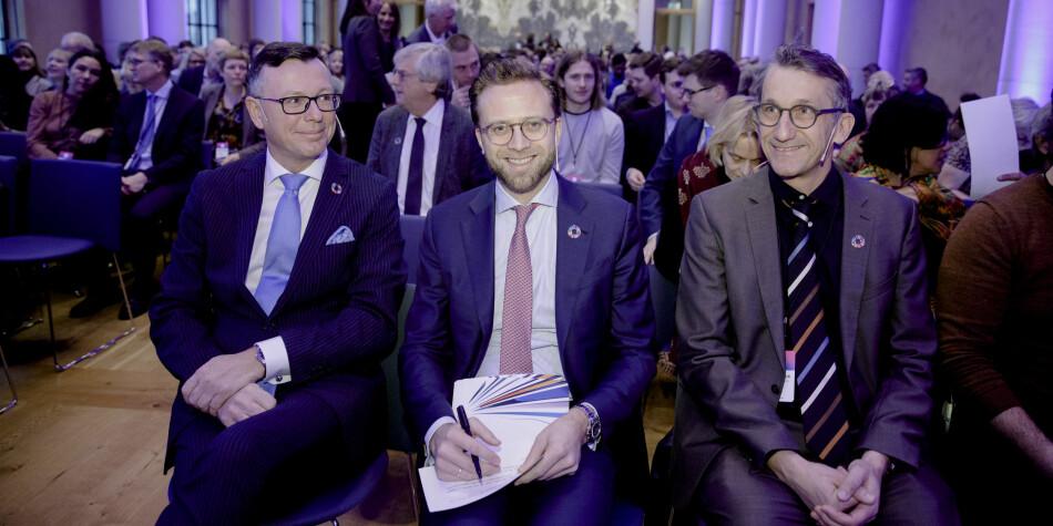 Dag Rune Olsen, Nikolai Astrup og Dr. Peter Messerli under dag én av bærekraftkonferansen. Foto: Paul S. Amundsen/UiB