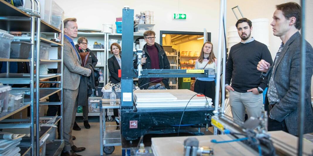 Flere tiltak må settes i verk for at universitetene og høgskolene kan bidra til å bygge fremtidens næringsliv, mener innleggsforfatterne. Bildet er fra en omvisning på produktdesign ved OsloMets campus på Kjeller, i forbindelse med styremøtet i februar.