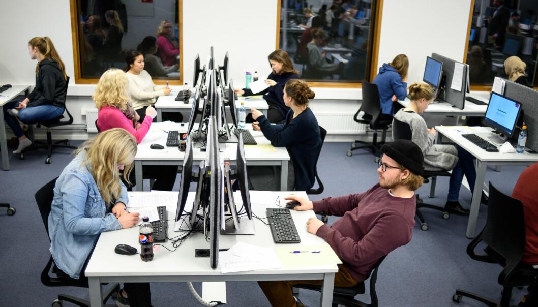 Bildet viser medisinstudenter ved Universitetet i Oslo som tar flervalgseksamen. Foto: Øystein Horgmo, UiO