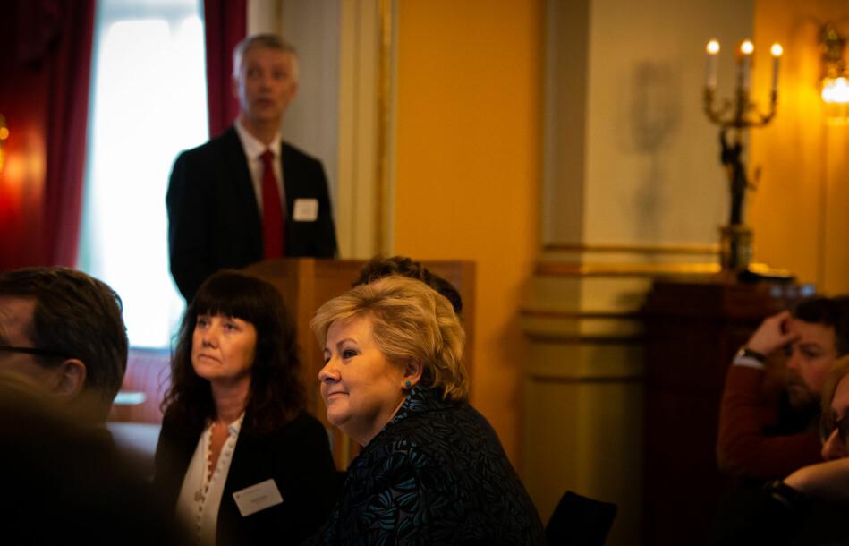 Professor Steinar Holden (i bakgrunnen) var invitert til toppmøte med statsminister Erna Solbergs regjering, næringslivet og høyere utdanning for ett år sidenfor å diskuterer kompetansebehov. Foto: Runhild Heggem
