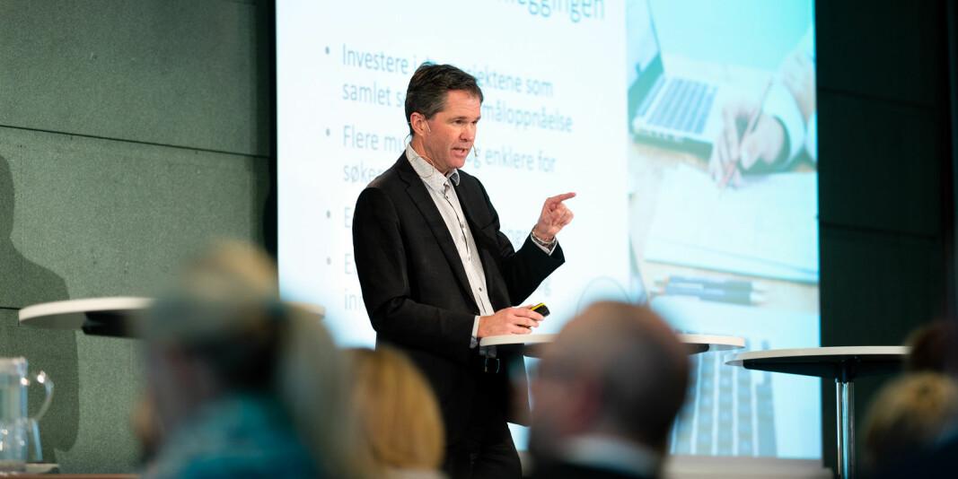 Forskningsrådsdirektør John-Arne Røttingen utsetter nå søknadsfrister som følge av koronapandemien.