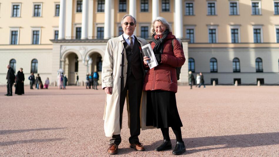 Professoren og hans kone Gabriele møtte sammen med 60 andre mottakere av fortjenestmedaljen kong Harald tidligere denne uken. Foto: Ketil Blom Haugstulen