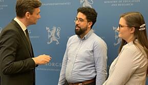 Forsknings- og høyere utdanningsminister Henrik Asheim i samtale med Felipe F. Garcia og Julie Sørholt Iversen fra NSO da forslag til ny UH-lov ble presentert i februar 2020.