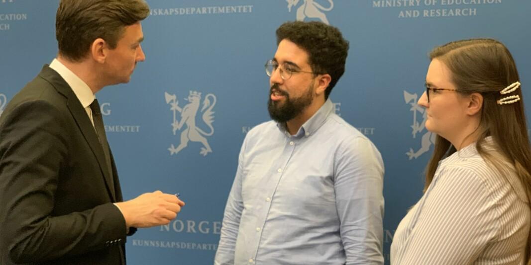 Forsknings- og høgere utdanningsminister Henrik Asheim i samtale med Felipe F. Garcia og Julie Sørholt Iversen frå NSO. NSO meiner det trengst ein ny krisepakke for studentane no.