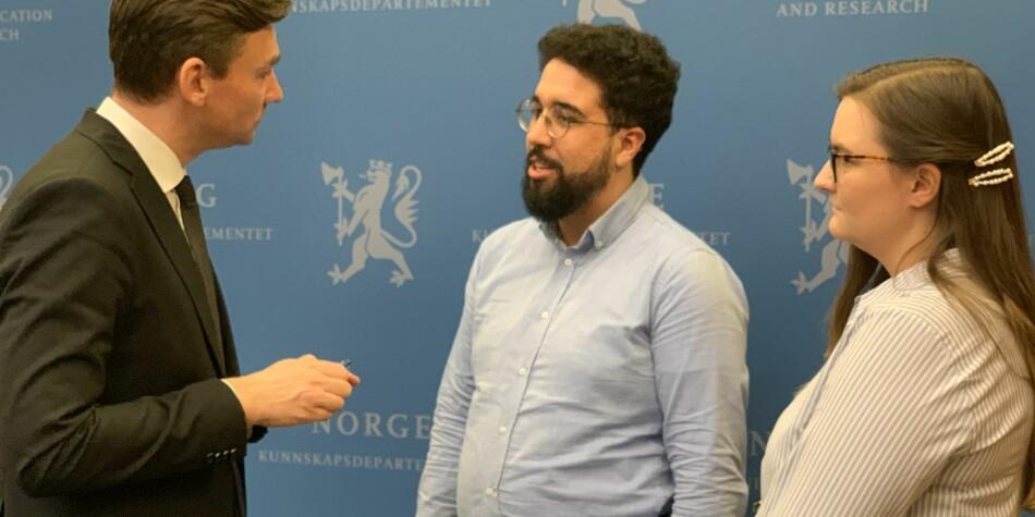 Forsknings- og høyere utdanningsminister Henrik Asheim i samtale med Felipe F. Garcia og Julie Sørholt Iversen fra NSO. Foto: Eva Tønnessen
