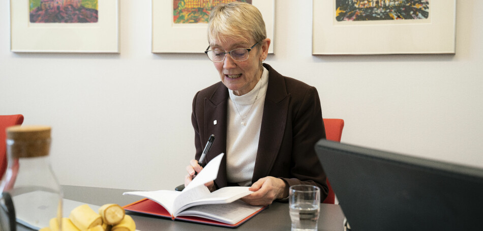Rektor Anne Borg kom godt førebudd til intervjuet. Tidvis gløtta ho på dei mange sidene med notatar ho hadde skrive ned. Foto: Leikny Havik Skjærseth