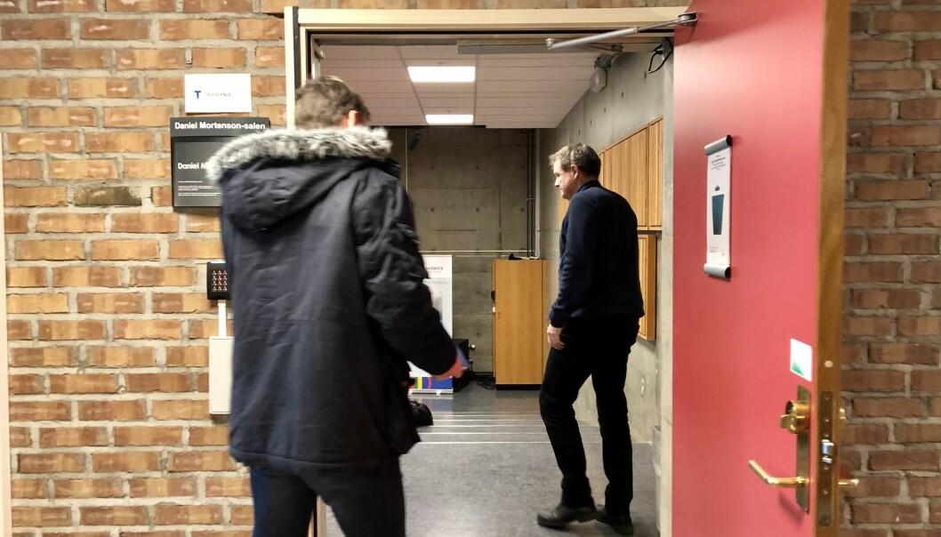 Fakultetsdirektør Olav Frigaard sendte Khrono på gangen før studiestedsmøtet for de ansatte på Fakultet for lærerutdanning, kunst og kultur fredag. Foto: Njord V. Svendsen