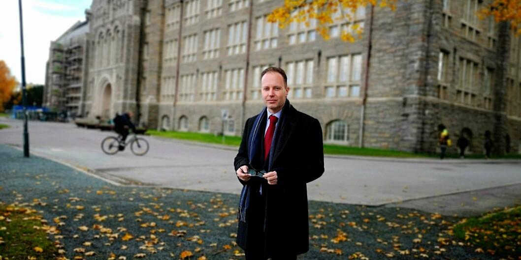 Øyvind Eikrem, førsteamanuensis ved Institutt for sosialt arbeid, NTNU er fortsatt sykemeldt og vil ikke være tilstede mandag når arbeidsgiver NTNUs advokater og konsulenter går gjennom pc-er og e-postene hans for å lete etter hatefulle ytringer.