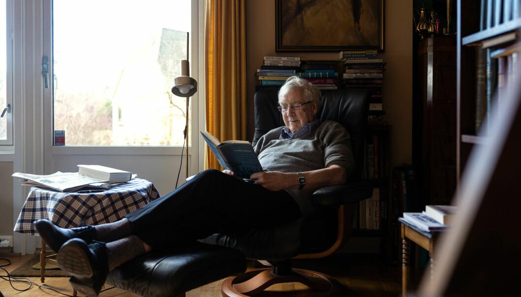 Etter å ha vist oss det imponerende antall bøker huset rommer, spør vi om han har en favoritt-skjønnlitterær forfatter.  — Det må være (Marcel) Proust, sier Elster. Foto: Ketil Blom Haugstulen