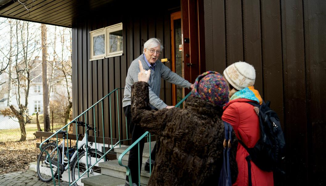 Utenfor huset blir Jon Elster stoppet av et par forbipasserende med spørsmål knyttet til familienavnet Elster. — Torolf Elster? Det er faren min, det. Foto: Ketil Blom Haugstulen