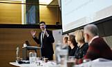 Dropper omstridt forslag og ledermodell