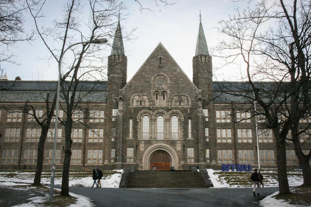 Alle besøkende som ferdes på campus i Trondheim må fra i dag bruke munnbind, blant annet her på NTNUs campus Gløshaugen.