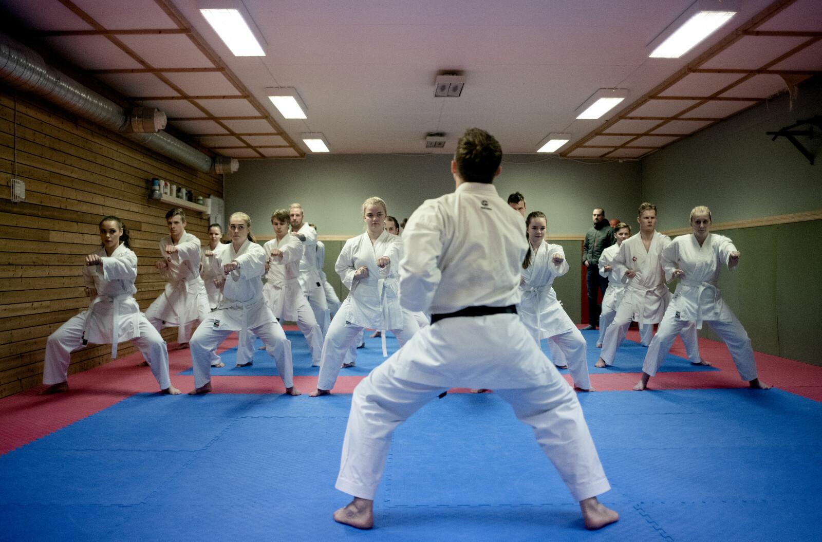 Førsteårs- og bahcelorstudentar i idrettsvitskap har karatetime saman. På studiet blir det lagt stor vekt på kople teori med utøvande idrett i mange ulike former. Foto: Marthe A. Vannebo