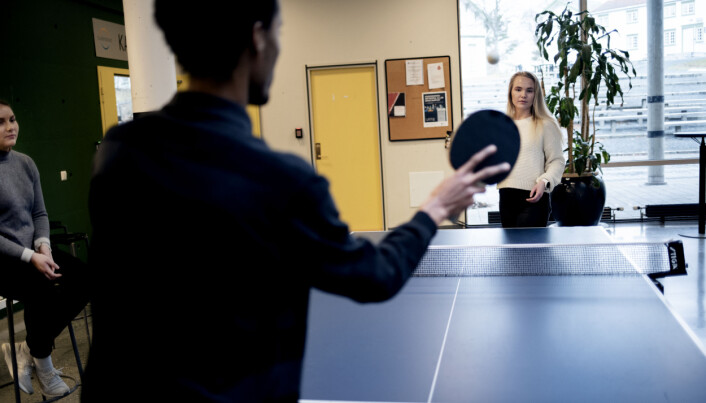 Dei bordtennisspelande studentane representerer ei slags kritisk offentlegheit. Frå venstre: Marie Jensen, Tesfalem Haile og Gunhild Blæsterdalen. Foto: Marthe A. Vannebo