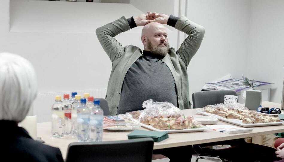 Professor Kjetil Jakobsen, backstage før debatten. Han er komen frå Bodø for å snakke om kva eit universitet er. Etter kvart som dei intellektuelle aukar i tal på Røstad vil byen merke ein meir kritisk tone, som også vil endre og drive både byen og universitetet framover, meiner han. Foto: Marthe A. Vannebo.