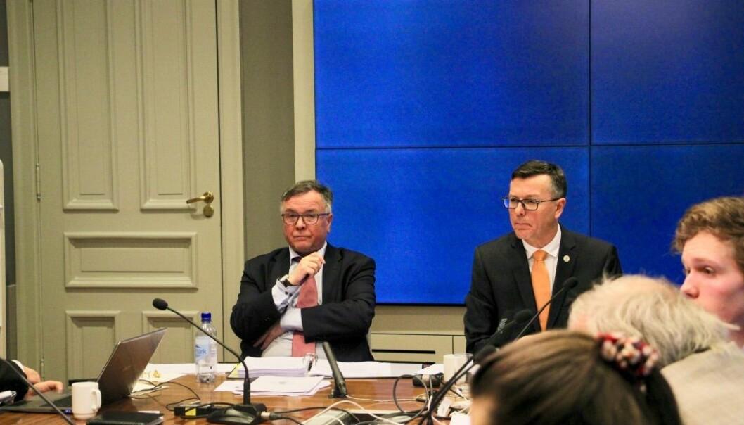 Kjell Bernstrøm sammen med rektor Dag Rune Olsen. Universitetet i Bergen skal ha ny direktør, men utsetter søknadsfristen på grunn av koronakrisen.