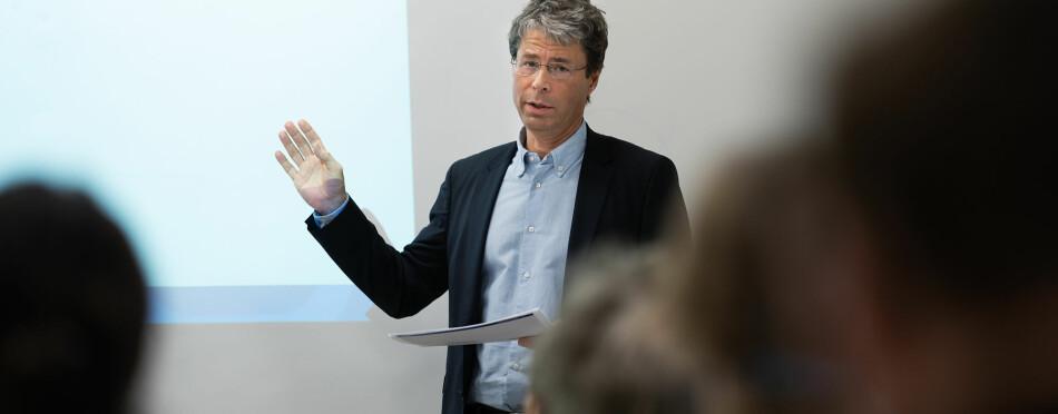 — Tekstene til Wyller krysser av og til en grense, sa Frode Helland på mandagens møte. Foto: Ketil Blom Haugstulen