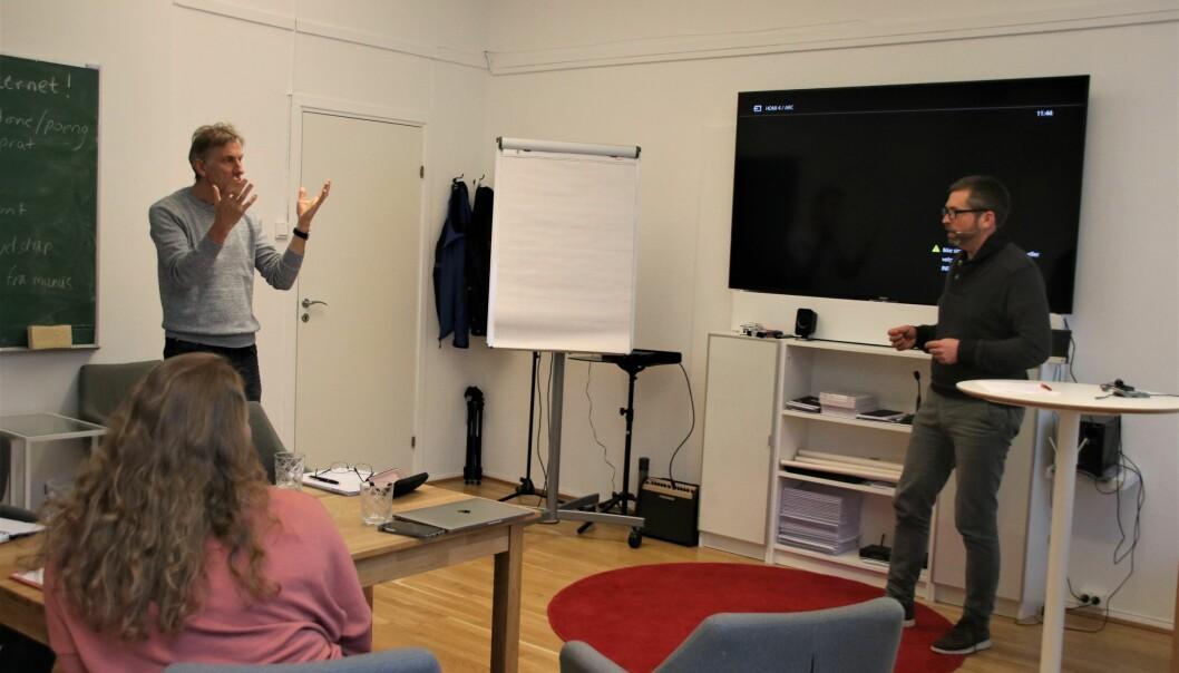 Arne Møller fra SpeakLab instruerer professor Jostein Bakke i hvordan han kan engasjere publikum i Grieghallen.