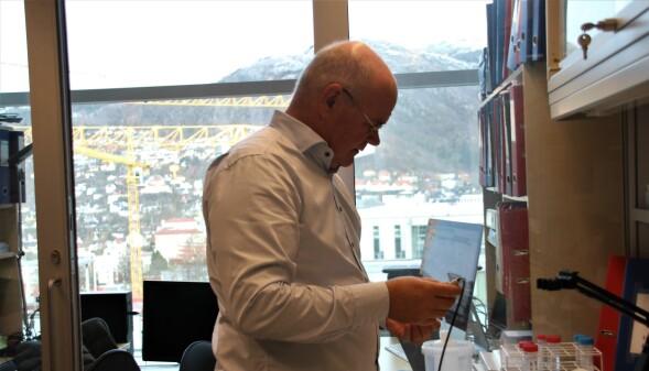 Helt i toppen på laboratoriumbygget har Rolf Kristian Berge fått et hjørne å operere på.