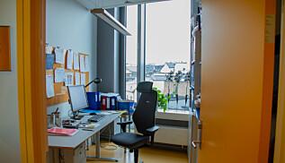 Slik ser et kontor på i underkant av 10 kvadtratmeter ut. Ansatte har krav på at kontoret skal være minst 6 kvadratmeter. Foto: Anne Skifjeld