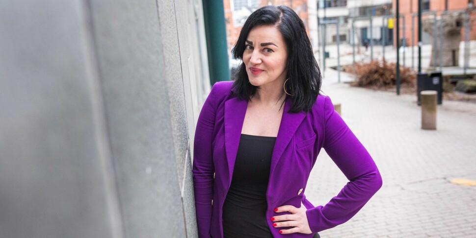 Tereza Kuldova er sosialantropolog og svært oppteken av å vere kritisk til korleis kunstig intelligens kan påverke samfunnet vårt. Foto: Siri Øverland Eriksen