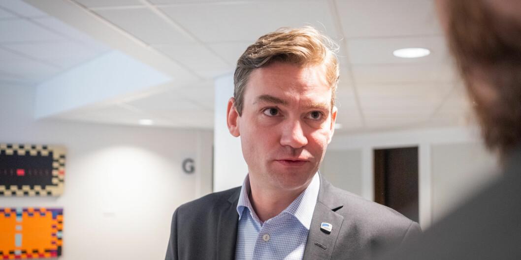 Forsknings- og høyere utdanningsminister Henrik Asheim mener koronautbruddet viser at vi trenger forskningssamarbeid.