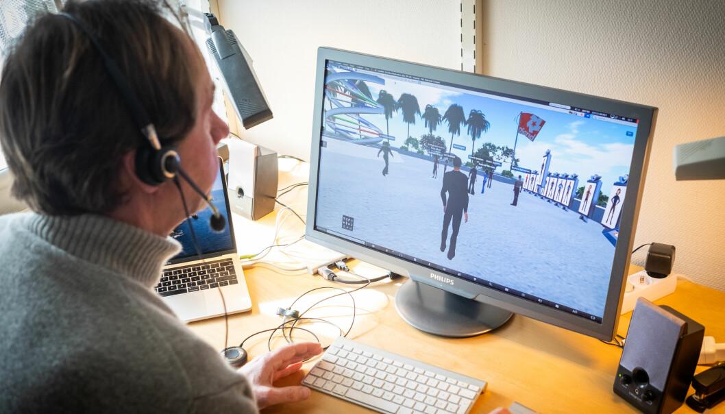 Bård Kjetil Engen foreleser pedagogikkstudenter i en virtuell verden.