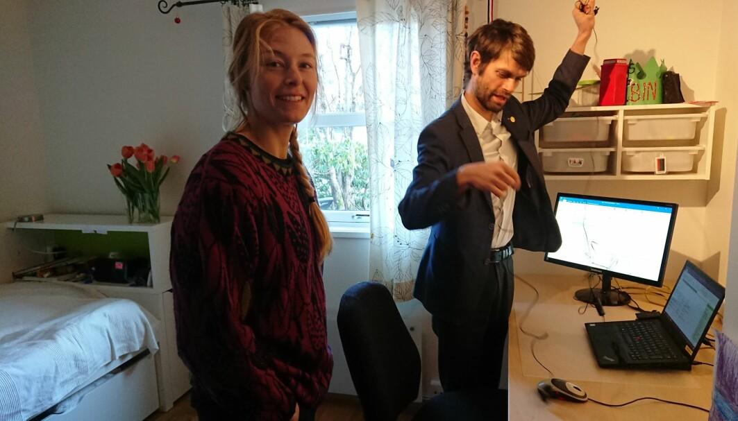 Gabriella Ljungström like før hun skal disputere. Veileder Christian Jørgensen tar seg av ledninger og det tekniske og låner samtidig ut sønnens rom.