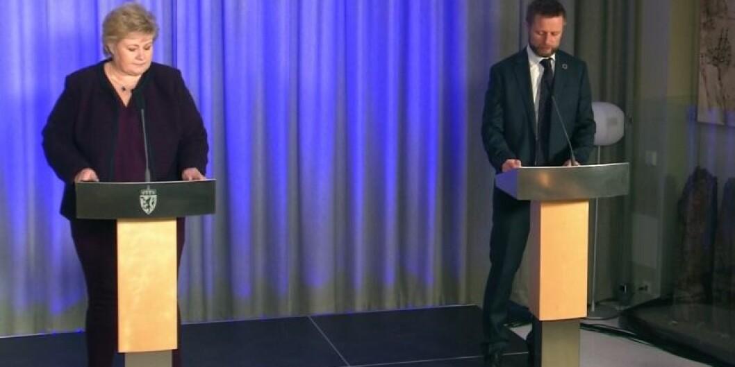 Vi lever i en uvirkelig tid, sa statsminister Erna Solberg under pressekonferansen. Her sammen med helseminister Bent Høie. Foto: Skjermdump