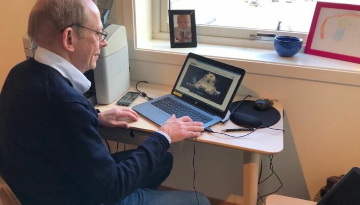 Dekan Jan Erik Askildsen fra sitt hjemmekontor.
