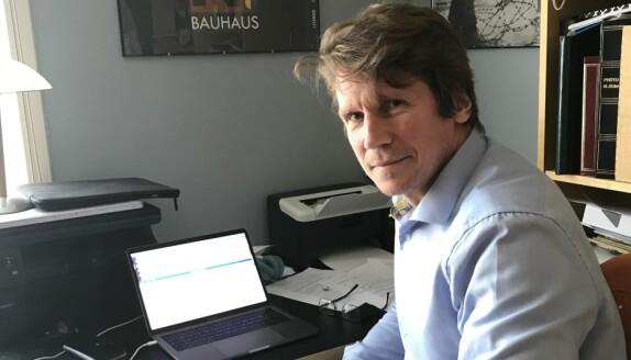 Dekan Jørgen Magnus Sejersted fra sitt hjemmekontor.