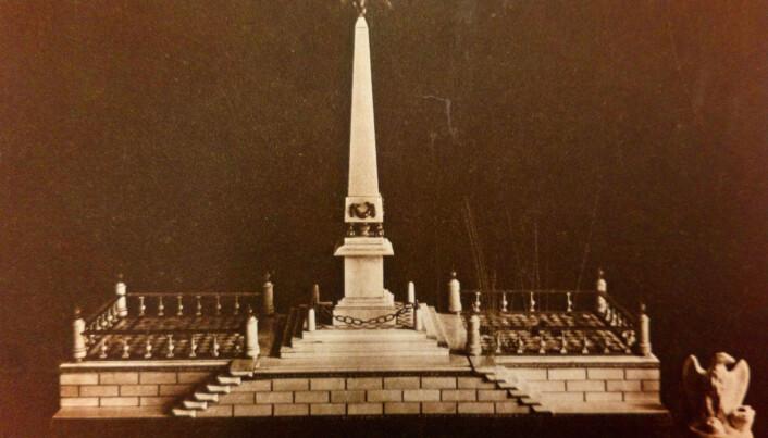Napoleons elfenbensmodell til monument på Pont Neuf i Paris, kjøpt av Einar G. Martens i 1921. Den befinner seg i dag på Universitetsmuseet i Bergen.