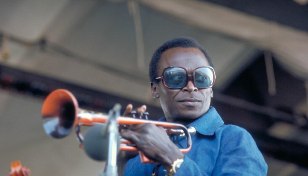 Professor og musikk til arbeidet-elskar, Lars Nyre, lyttar meir til denne mannen enn nokon andre: den amerikanske jazzmusikaren Miles Davis - på bildet i ei utgåve frå 1969, på Newport Jazz Festival.