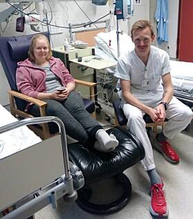 Her er Bjørnar Sandnes Lillefosse saman med søstera SIlje på kreftavdelinga på Haukeland universitetssjukehus. Foto: Privat