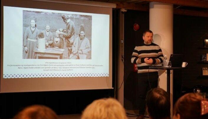 Stipendiat Håkon Hermanstrand viser fram et bilde fra 1922, der en rasehygieniker måler skallene på samer på Røros.Foto: Inger Elin Utsi