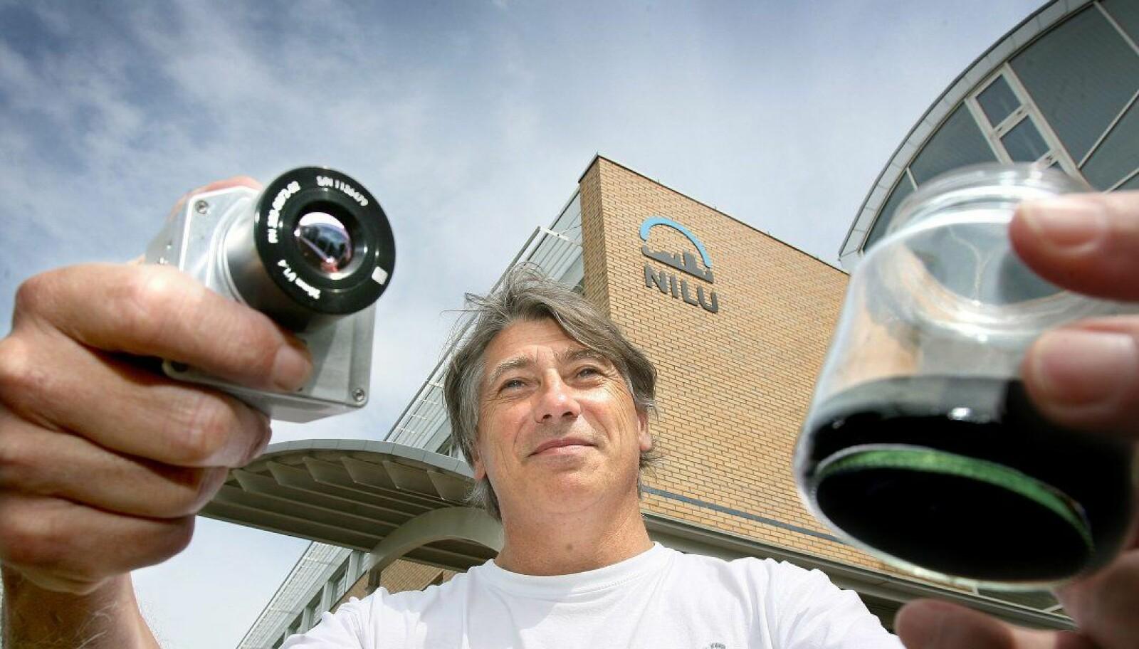 Fred Prata viser fram kamera og askepartikler i tiden etter at Nicarnica var etablert og øynet store muligheter. Da hadde han fortsatt troen på suksess.