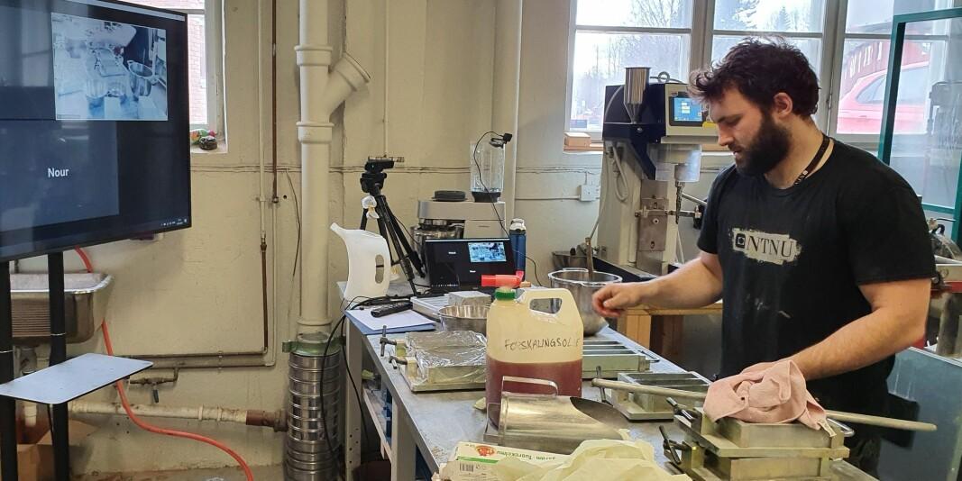 Avdelingsingeniør Tor Kristoffer Klethagen ved NTNU i Gjøvik har kontakt med studenter via Skype og utfører forsøkene etter studentenes instruksjoner.