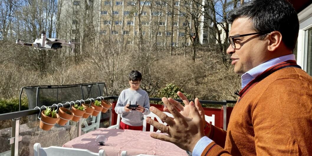 August (12) filmer Dan Banik med drone.