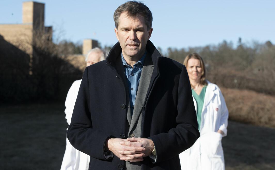 John-Arne Røttingen, adm.dir i Forskingsrådet under pressekonferansen utanfor Rikshospitalet i Oslo i mars i år der det blei kjent at han skal leie ein internasjonal studie som skal teste ulike medisinar mot covid-19.