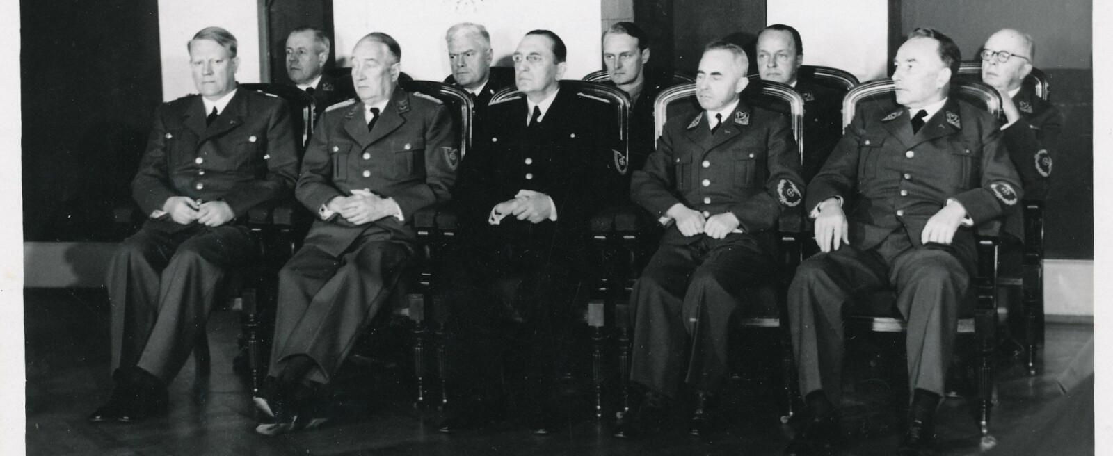 Her er Vidkun Quisling (foran t.v.) med sine statsråder. NTH-professor og kirke- og undervisningsminister Ragnar Skancke sitter foran som nr.2 fra høyre.