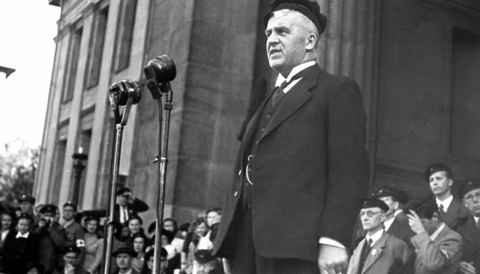 Norske studenter kom tilbake fra tyske konsentrasjonsleirer 25. mai 1945 og gikk i tog til Universitetsplassen i Oslo. Rektor Didrik Arup Seip, som selv var i tysk fangenskap, talte til studentene, i anledning dagen iført en svart studenterlue.