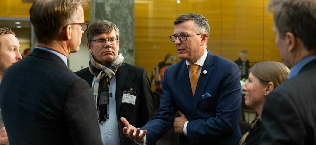 Dag Rune Olsen i samtale med rektorene Curt Rice, Svein Stølen og Guro Lind, Forskerforbundet, da forslag til ny UH-lov ble presentert.