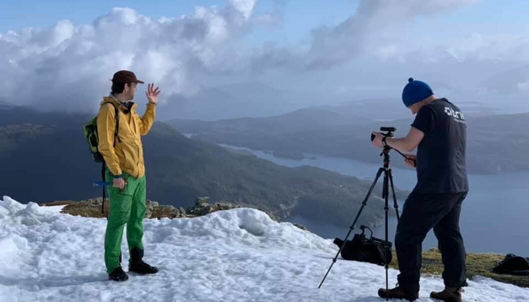 Professor Atle Rotevatn og Brik har laget undervisningsfilmer til studentene på geologi. Her er de på Kattnakken på Stord.
