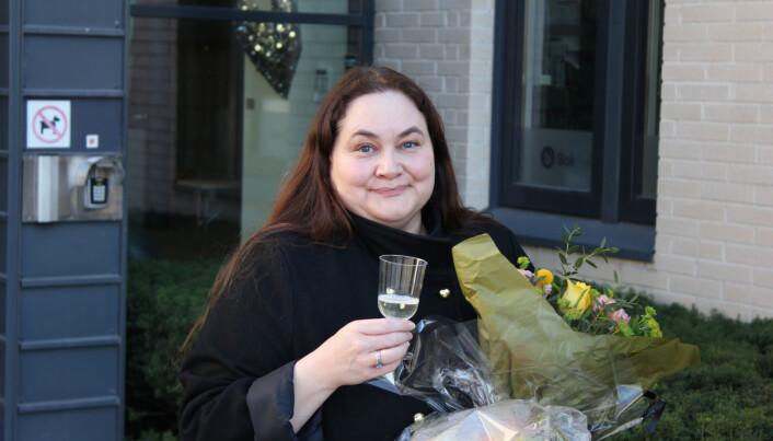 Siri Wieberg Klausen etter gjennomført disputas og med prosecco i plastglass.