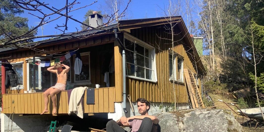 Jacob Hoedeman og kameraten Patryk Miron koser seg ved hytten. Nå må han flytte ut. Hytta er fritidsbolig og ikke helårsbolig, sier eier Ås kommune. Hoedmann flyttet inn uten å snakke med kommunen.