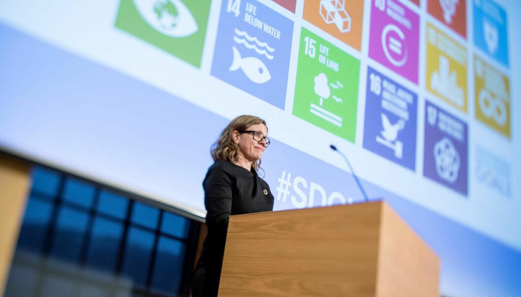 Til tross for at mye forskning er utfordringsdrevet, må vi unngå at kunnskapsutvikling—inklusive tenkning rundt bærekraft—blir preget av en søken etter instrumentelle løsninger, mener innleggsforfatterne. Avbildet er Annelin Eriksen på talerstolen under Bærekraftskonferansen i 2018 / SDG Conference 2018. Foto: Eivind Senneset, UiB