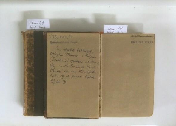 """På forsiden av Voglers første bind står det notat fra 1866 med vurderingen om utgavens """"stor sjeldenhet"""" (ubb-librar-99)."""