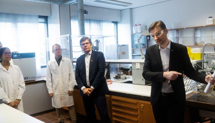 Henrik Asheim og Svein Stølen møttes da Universitetet i Oslo mandag åpnet opp delvis etter at koronapandemien stengte universitetet i seks uker.