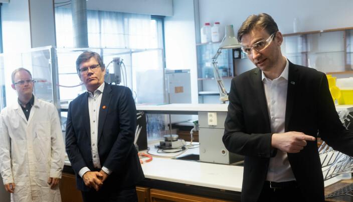 Svein Stølen og statsråd Henrik Asheim under et besøk på UiO.